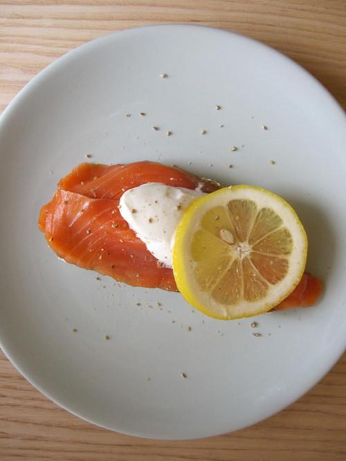 Macka_med_rkt_lax_o_grekisk_yoghurt